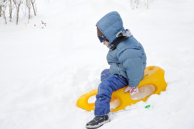 Geweldige activiteit op sneeuw, kinderen en geluk