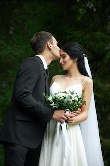 Geweldige bruiloft een verliefd stel, een mooie bruid en een stijlvolle bruidegom na de huwelijksceremonie