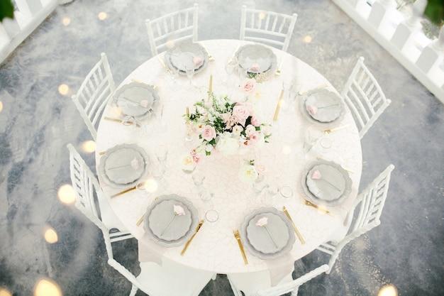 Geweldige bruiloft tafeldecoratie met bloemen op houten tafels voor bruiloft diner