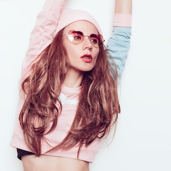 Geweldige brunette meisje. herfst-lente outfit, hipster trend party girl swag mode muts. glamoureuze zonnebril hart
