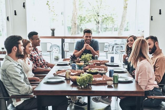 Geweldige dag met vrienden. groep jongeren in vrijetijdskleding praten en glimlachen