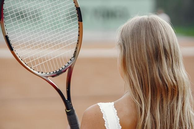 Geweldige dag om te spelen! vrolijke jonge vrouw in t-shirt. vrouw met tennisracket en bal.