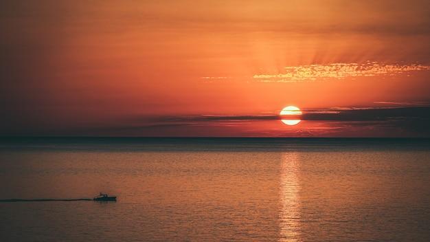 Geweldige foto van een prachtig zeegezicht op een oranje zonsondergang