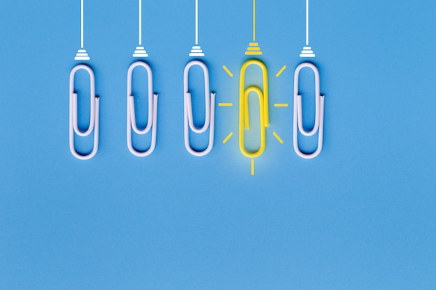 Geweldige ideeën met paperclip, denken, creativiteit, gloeilamp op blauwe achtergrond, nieuwe ideeën