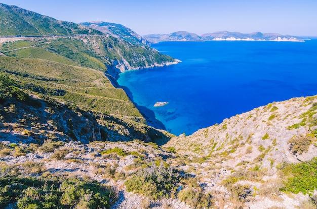 Geweldige kustlijn van het eiland kefalonia. een van de beste plekken ter wereld om te bezoeken. de beste stranden van griekenland en de ionische zee