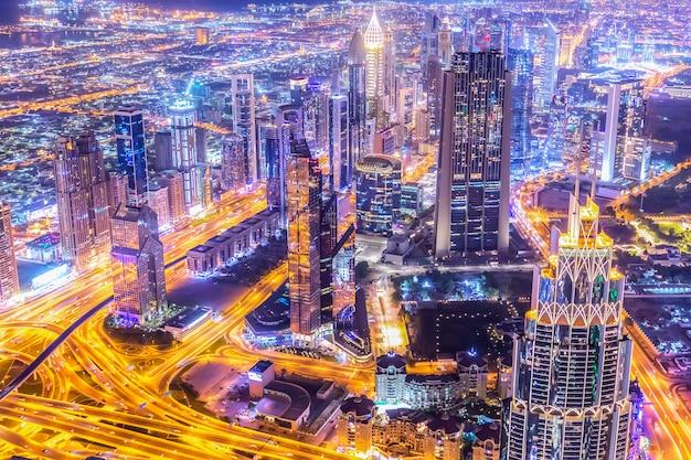 Geweldige luchtfoto skyline stadsgezicht met verlichte wolkenkrabbers. centrum van dubai 's nachts, verenigde arabische emiraten.