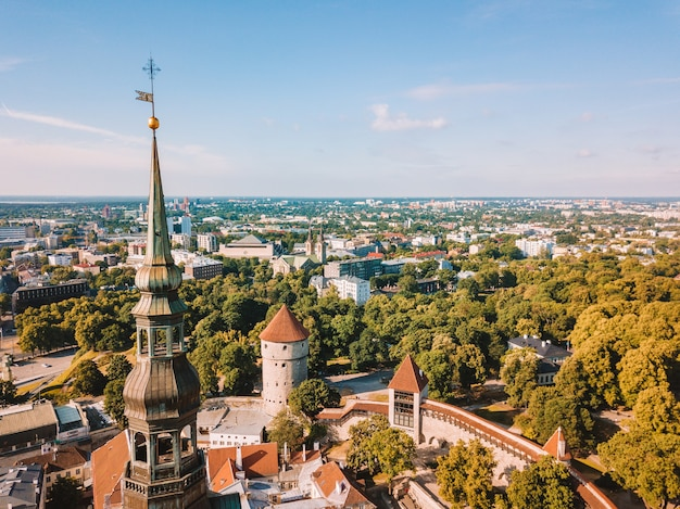 Geweldige luchtfoto skyline van het stadhuisplein van tallinn met het oude marktplein, estland