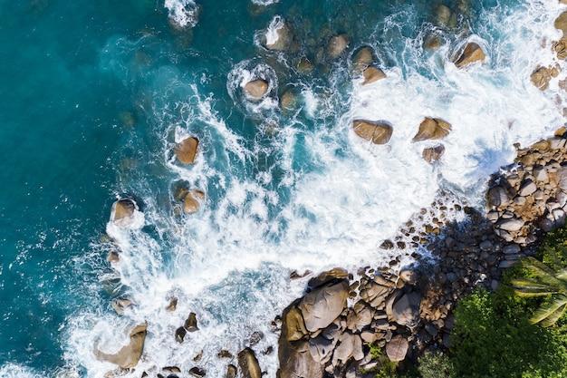 Geweldige luchtfoto van beukende golven op rotsen zeegezicht natuur uitzicht en prachtige tropische zee met uitzicht op de kust van de zee