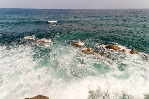 Geweldige luchtfoto van beukende golven op rotsen zeegezicht natuur uitzicht en prachtige tropische zee met zeekust