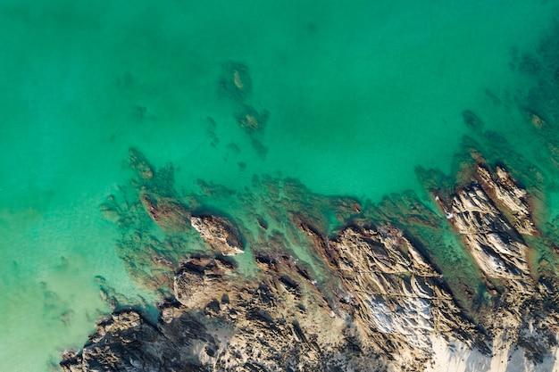 Geweldige luchtfoto van beukende golven op rotsen zeegezicht uitzicht op de natuur