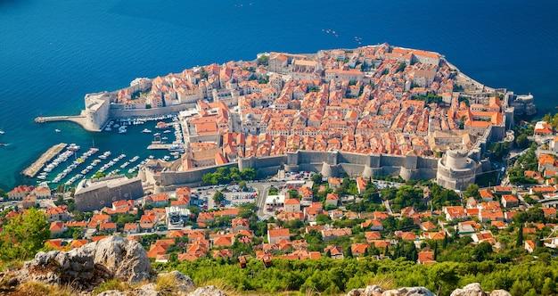 Geweldige luchtfoto van de middeleeuwse oude stad dubrovnik, zuid-dalmatië, kroatië