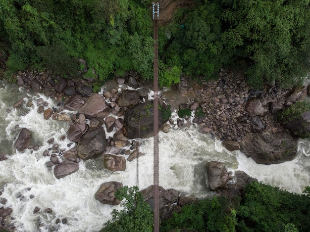 Geweldige luchtfoto van een rivier omringd door prachtige natuur