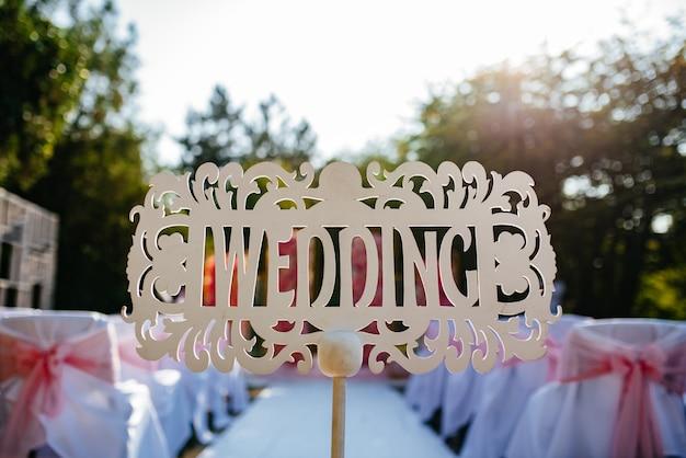 Geweldige mooie huwelijksceremonie plaats met huwelijksboog bedekt met bloemen