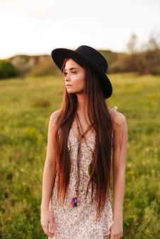 Geweldige mooie jonge vrouw buiten in het veld