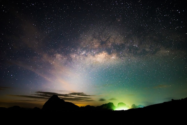 Geweldige nachtelijke hemel. nachtsterrenhemel met gloeiende sterren. heldere gloed van planeten saturnus en jupiter onder de sterren van de melkweg