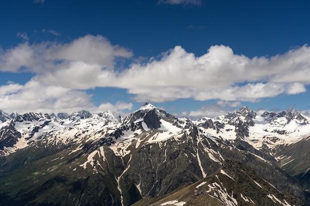 Geweldige natuur berglandschappen. fantastisch perspectief van kaukasische sneeuw inactieve vulkaan elbrus en duidelijk blauwe hemelachtergrond. rusland