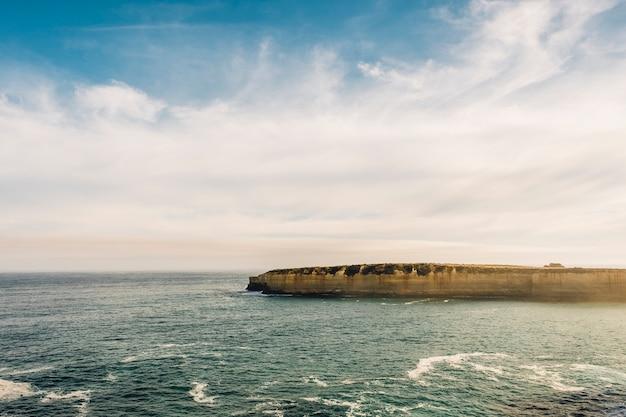 Geweldige oceaanweg die twaalf apostelen uitkijkt
