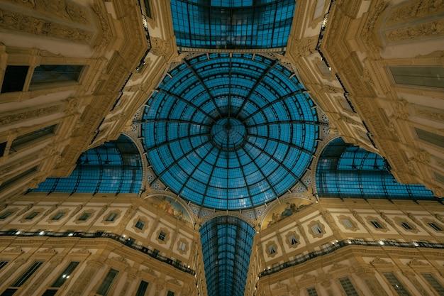 Geweldige opname van de verbazingwekkende binnenarchitectuur van de galleria vittorio emanuele ii