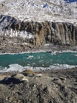 Geweldige opname van een rivier omringd door een rotsachtig landschap