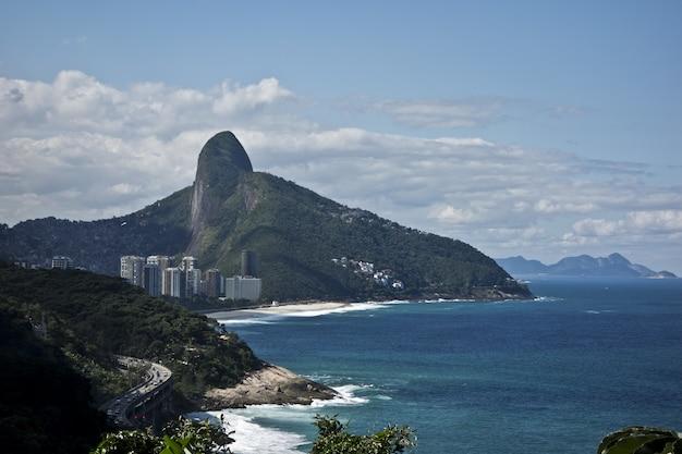 Geweldige opname van het strand van rio de janeiro op een majestueuze berg