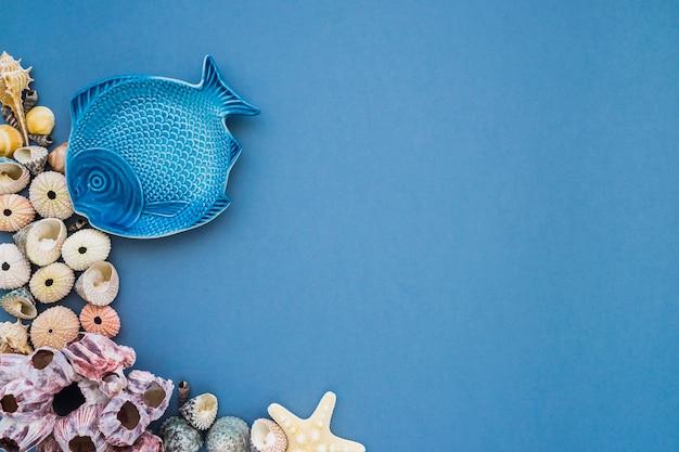 Geweldige samenstelling met blauwe vis en zeeschelpschelpen