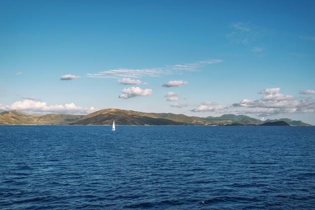 Geweldige sealine met kristalhelder water in de buurt van het eiland corfu