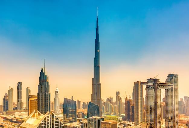 Geweldige skyline stadsgezicht met moderne wolkenkrabbers in dubai, verenigde arabische emiraten