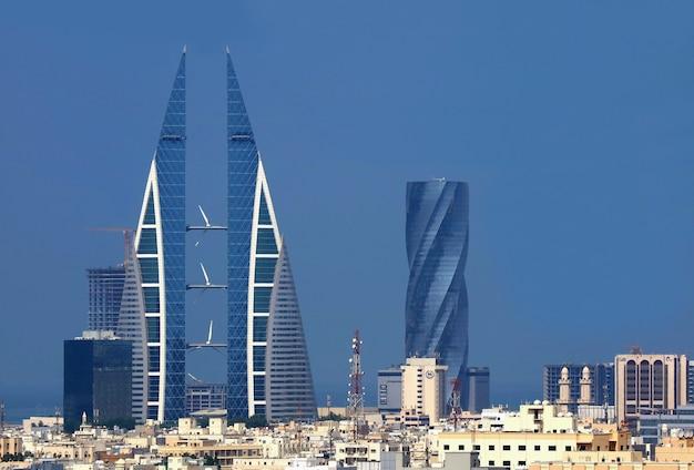 Geweldige skyline van manama met het iconische bahrain world trade center of bwtc-gebouw en de united tower, manama city, bahrein