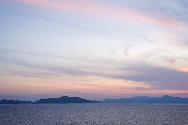 Geweldige strandzonsondergang met eindeloze horizon en ongelooflijke schuimende golven.