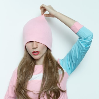 Geweldige tienermeisje herfst-lente mode-outfit. vanille stijl hipster trend girl swag beanie muts. roze stijlvolle vibratie