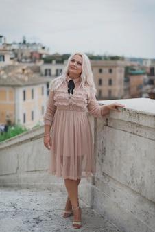 Geweldige toeristische vrouw die door de straten van rome loopt