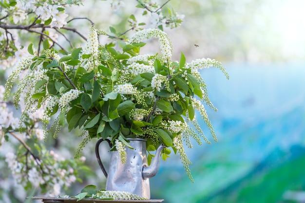 Geweldige verse bloemen in de lentetuin?