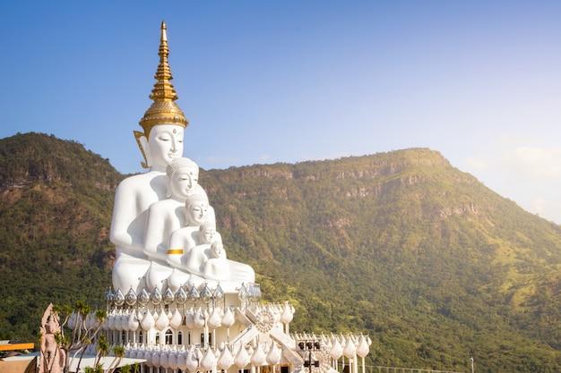 Geweldige wat phra that pha son kaew-tempel, khao kho, phetchabun, thailand
