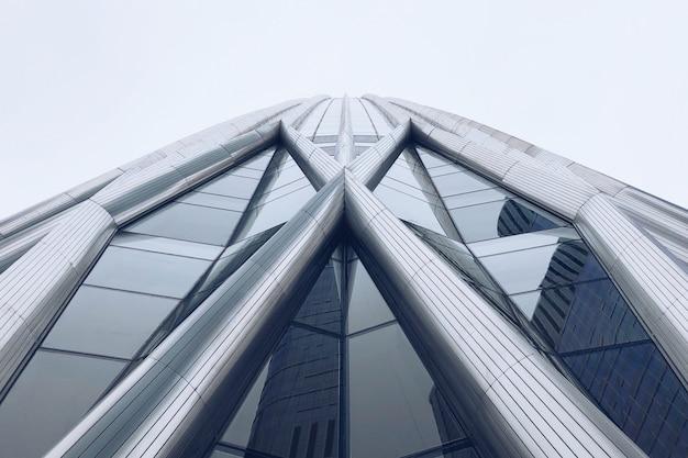 Geweldige wolkenkrabber gemaakt van staal en glas