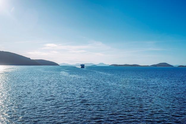 Geweldige zeelijn met cruiseschip in de buurt van het eiland corfu, griekenland
