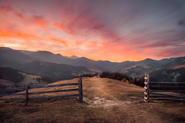 Geweldige zonsondergang in de herfst berglandschap