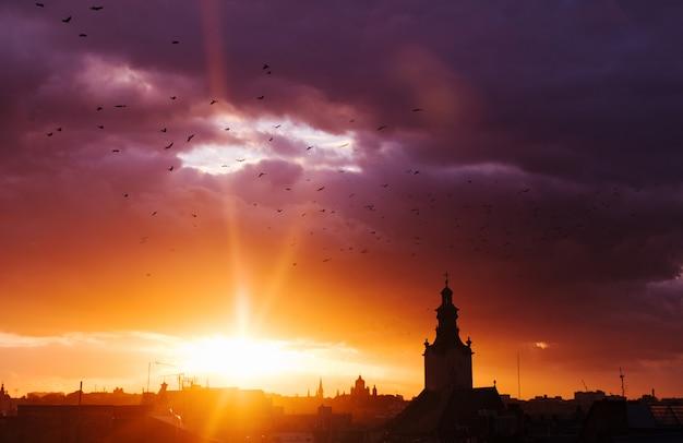 Geweldige zonsondergang in de stad