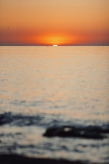 Geweldige zonsondergang op de zee