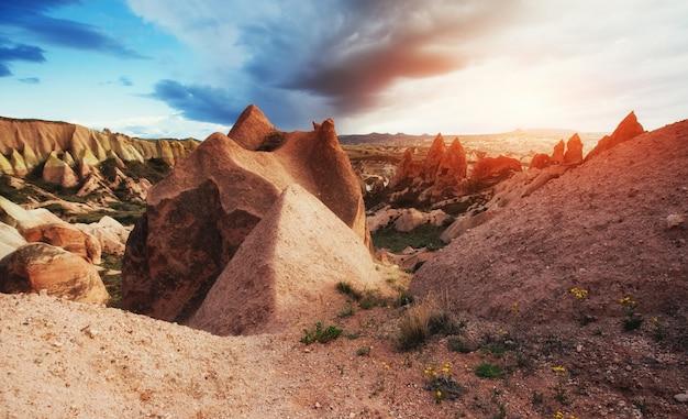 Geweldige zonsondergang over cappadocië. kalkoen. europa