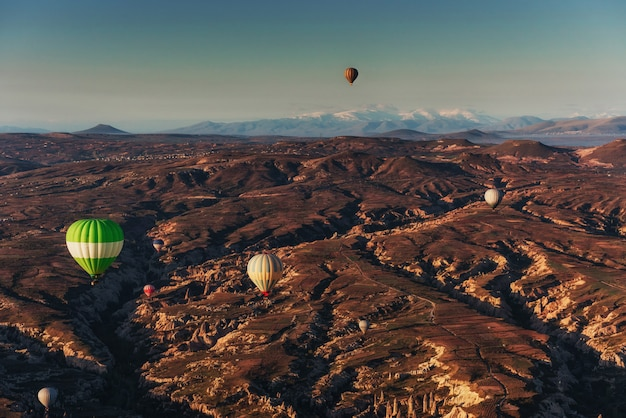 Geweldige zonsondergang over cappadocië. mooie kleurenballonnen. kalkoen