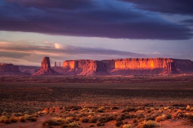 Geweldige zonsopgang met roze, gouden en magenta kleuren in de buurt van monument valley, arizona, vs.
