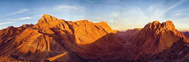 Geweldige zonsopgang op de sinaï-berg, prachtige dageraad in egypte, prachtig uitzicht vanaf de berg