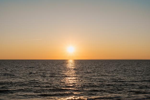 Geweldige zonsopgang op de zee in turkije