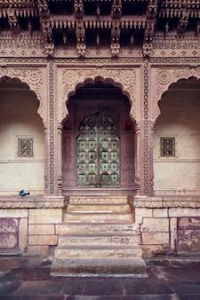Gewelfde poort in het fort van mehrangarh. jodhpur, rajasthan, india