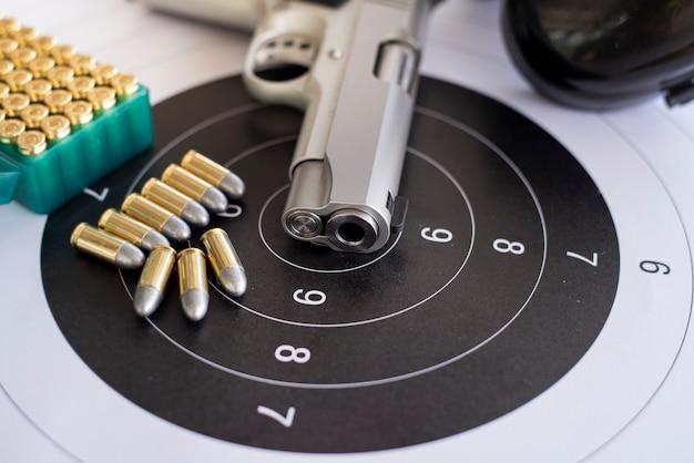 Geweren met munitie op papier schietoefeningen