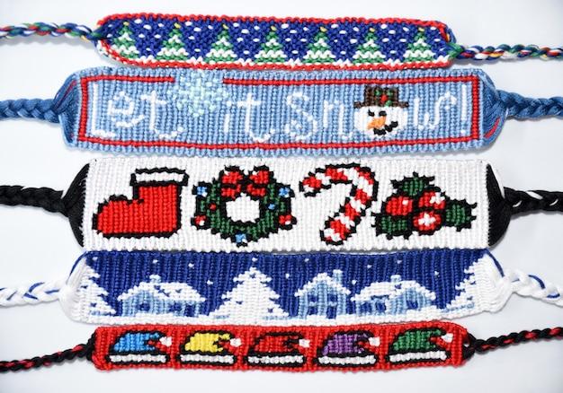 Geweven diy vriendschapsarmbanden met patronen voor kerstmis en nieuwjaar