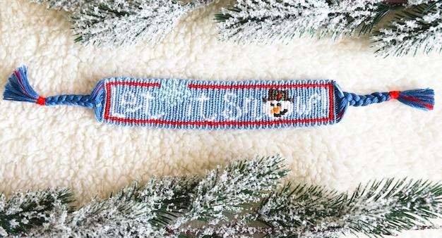 Geweven vriendschapsarmband met alfapatroon let it snow Premium Foto