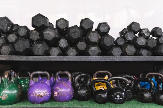 Gewichten en kettlebells in de sportschool