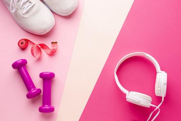 Gewichten sneakers en koptelefoons met kopie ruimte