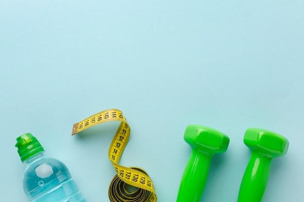 Gewichtenmeter en fles water met exemplaarruimte